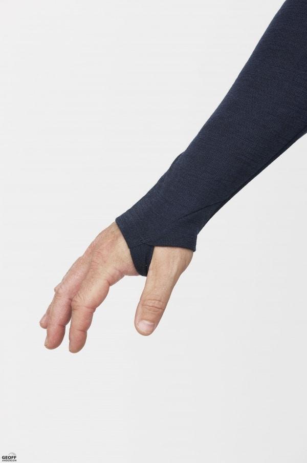 Undertrøje med lange ærmer og hul til finger så ærmet ikke glider op
